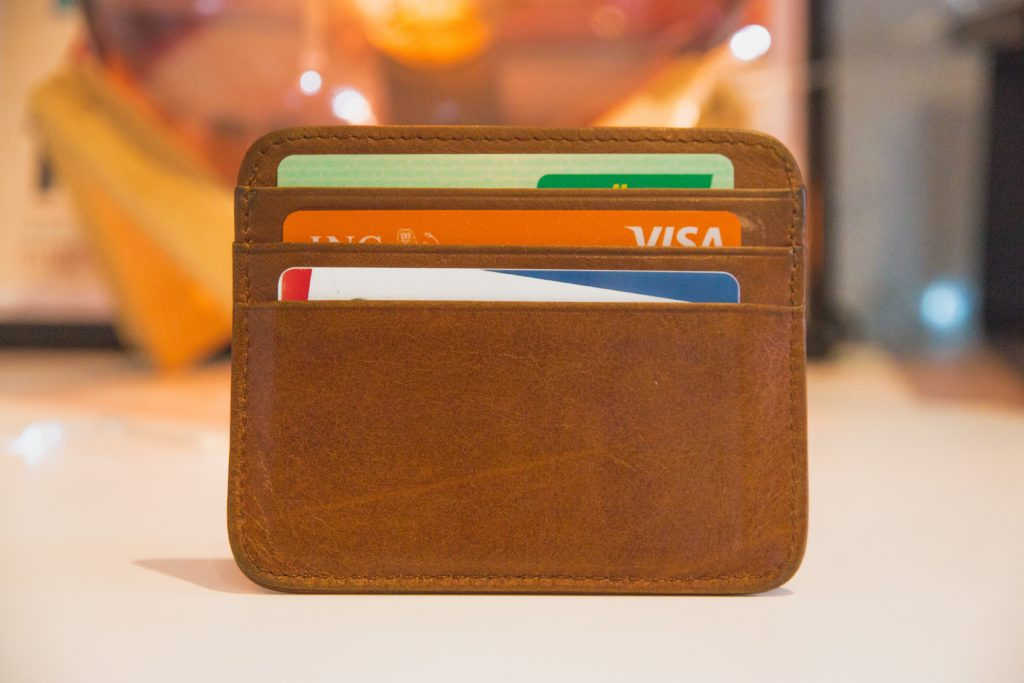 財布に入ったクレジットカード