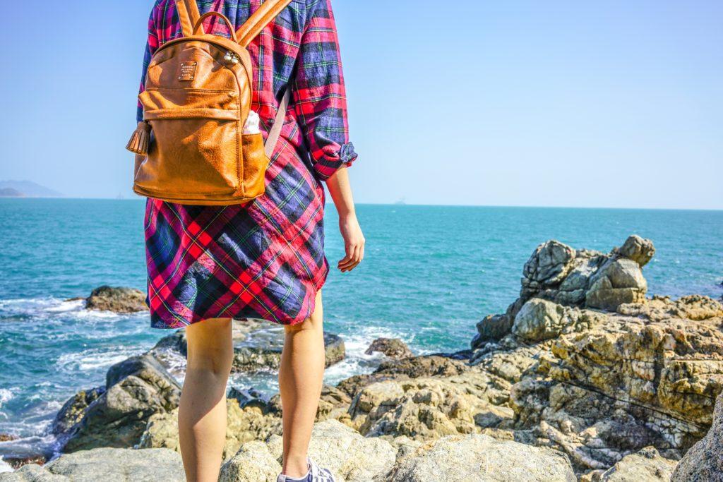 海岸沿いを歩く女性