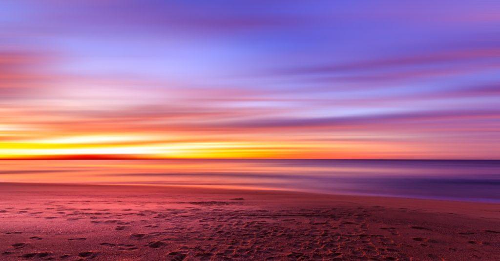 ビーチで見る夕日