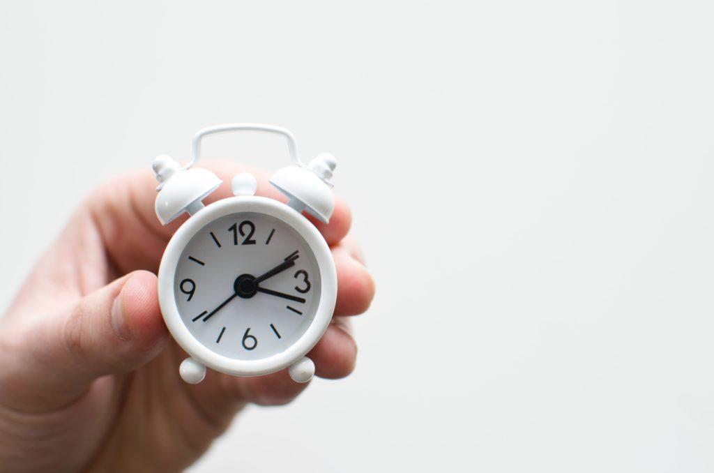 小さな時計を持つ手