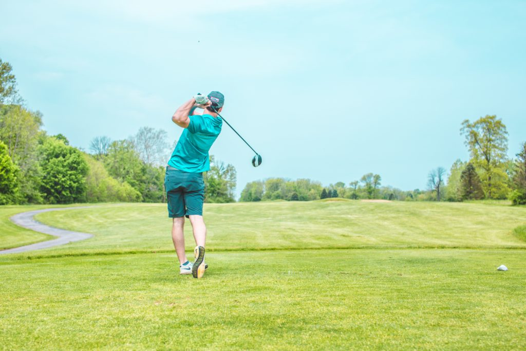 ゴルフをしている人