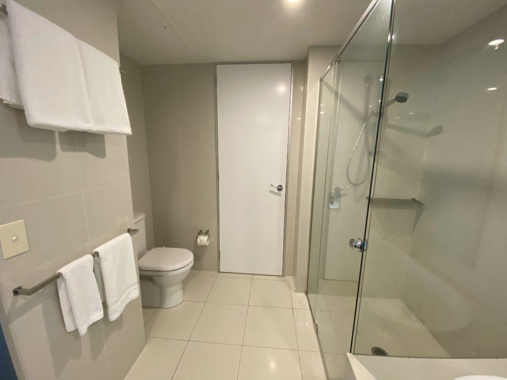 Q1 リゾート&スパ浴室
