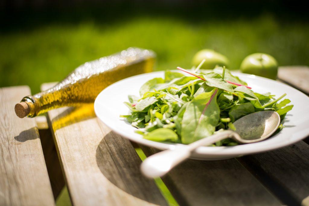 サラダとオリーブオイル